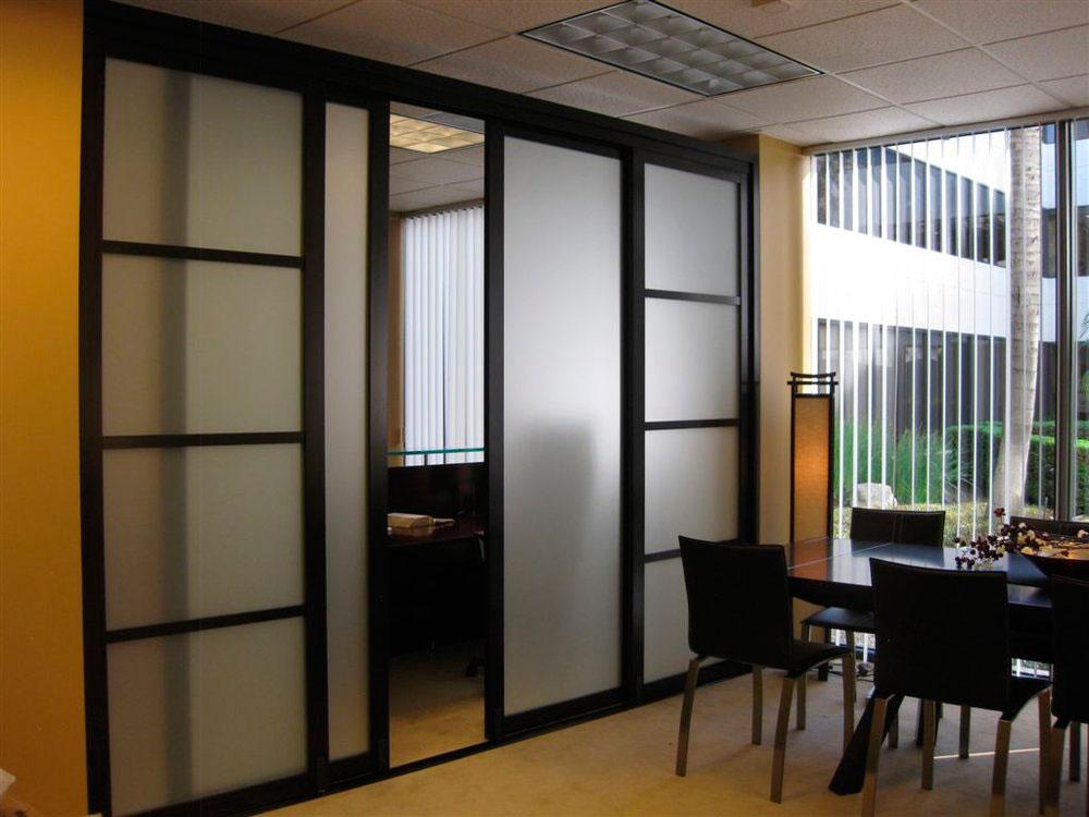 комфорт удобство фото комнатных перегородок из стекла в спальне довольно