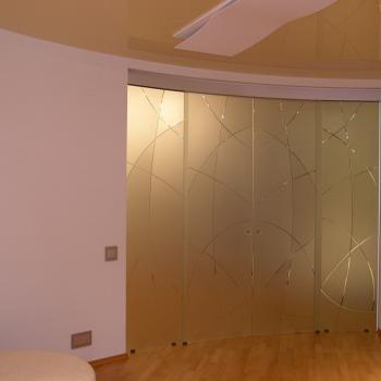 матовые откатные радиусные двери из стекла