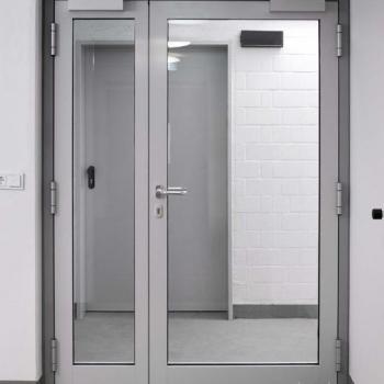 стеклянная алюминиевая дверь на этаже