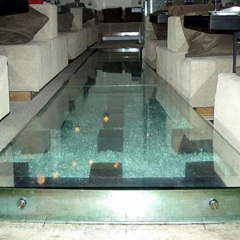 Стеклянный пол в ресторане