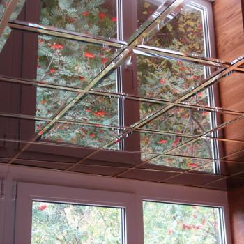 зеркальная плитка на потолке