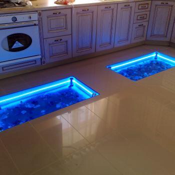 Вставки из стекла в пол на кухне