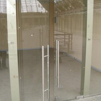 Маятниковые стеклянные двери на входе в торговый зал