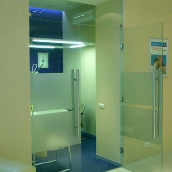 прозрачная маятниковая дверь из стекла в туалеты