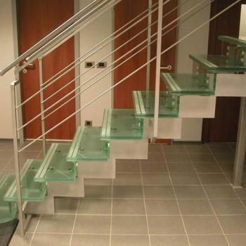 лестница со супеньками из зеленого стекла