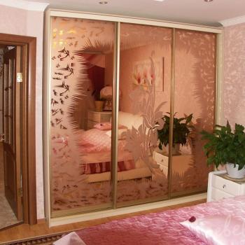 Зеркальный шкаф-купе с гравировкой