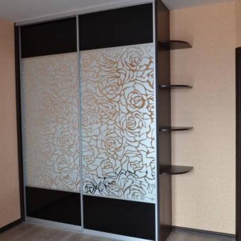 Шкаф-купе с зеркальными дверями с гравировкой