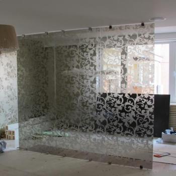 Прозрачная перегородка из стекла с рисунком