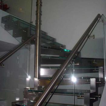лестница из стекла с металлическим каркасом