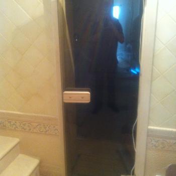 распашная стеклянная дверь в сауну