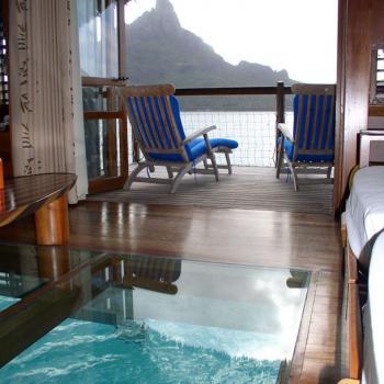 Стеклянный пол с подводным видом