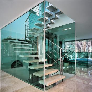 лестница из стекла в офисе