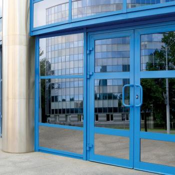 синие алюминиевые двери со стеклом