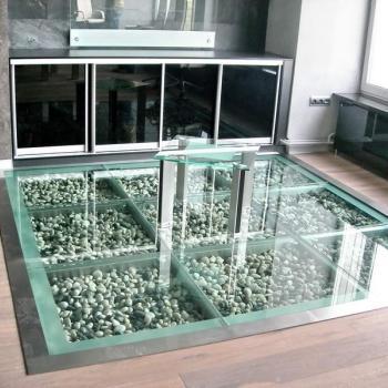 Стеклянный пол на кухне