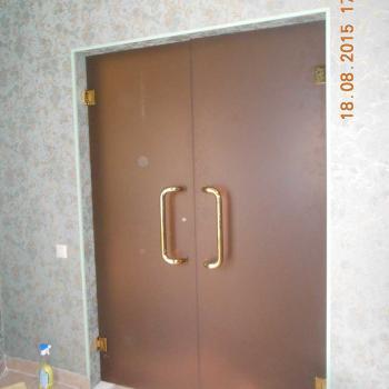 Распашные матовые входные стеклянные двери с золотым оттенком