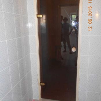 Стеклянная дверь в сауну в деревянной коробке