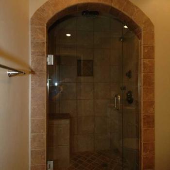 Прозрачная стеклянная дверь в сауну в форме арки