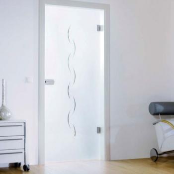 Белая стеклянная матовая дверь в зале