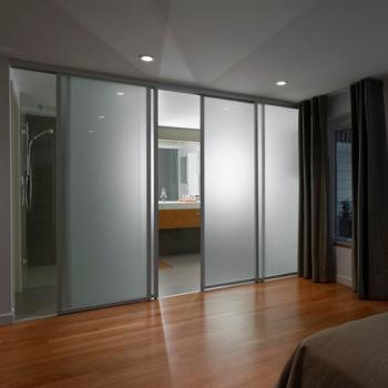Откатные стеклянные межкомнатные двери