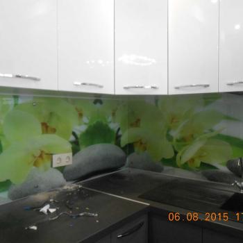 Процесс монтажа стеклянного фартука для кухни