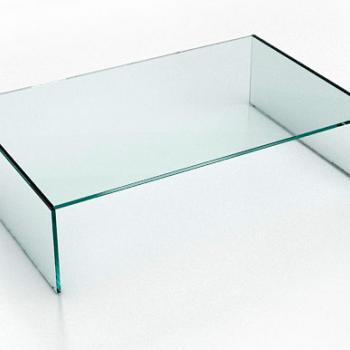 Простой прямоугольный журнальный стол из стекла