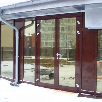 бордовые алюминиевые входные двери со стеклом