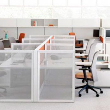 Невысокие мобильные перегородки из стекла для разделения рабочих мест