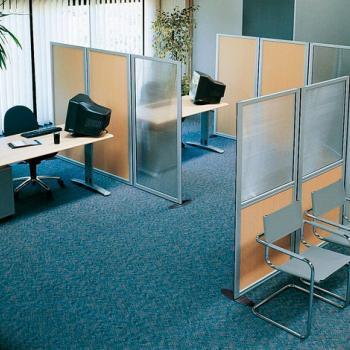 Мобильные офисные перегородки из стекла и пластика под дерево