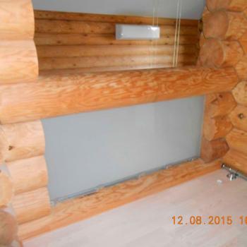 Ограждение из стекла внутри деревянного коттеджа