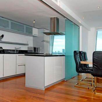 Перегородка из синего стекла для зонирования пространства кухни