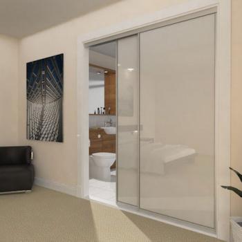 Матовая стеклянная перегородка между залом и ванной комнатой