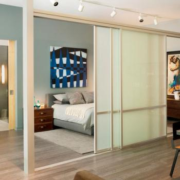 Раздвижная перегородка из белого стекла для отделения зоны спальни