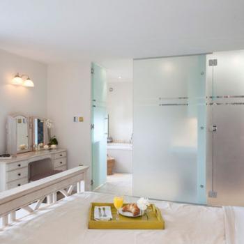 Раздвижная матовая стеклянная перегородка в спальне