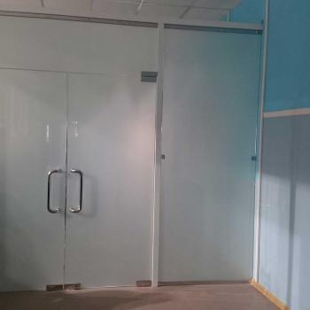 Стеклянная перегородка с дверьми из стекла