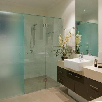 Матовая и прозрачная стеклянные перегородки в ванной