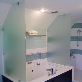 Ограждение ванной стеклянными перегородками