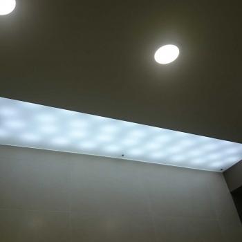 Стекло на потолке с подсветкой