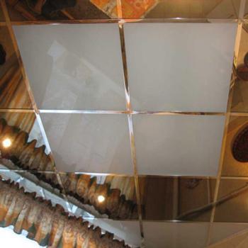 Потолок из зеркальных и матовых стеклянных плиток