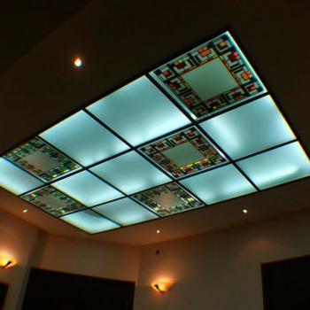 Витраж на стеклянном потолке с подсветкой