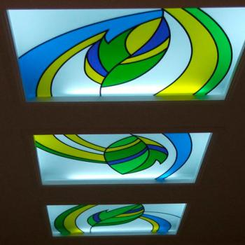 Витраж на стекле в нишах потолка