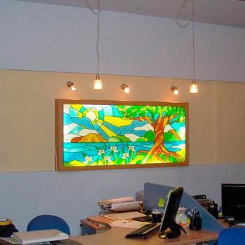 Витраж с подсветкой на стене