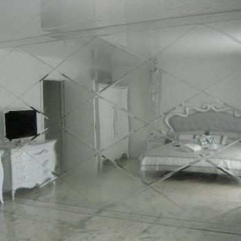 зеркало с гравировкой в спальне