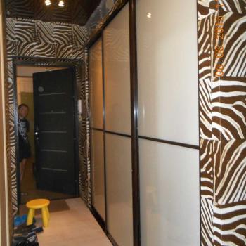 Шкаф-купе с дверьми из стекла с бежевой пленкой