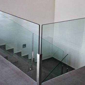 Ограждения из стекла дял лестницы на металлических направляющих