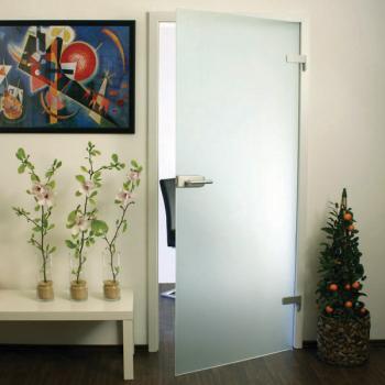 Матовая стеклянная распашная дверь в комнату