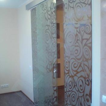 Раздвижные стеклянные двери с гравировкой