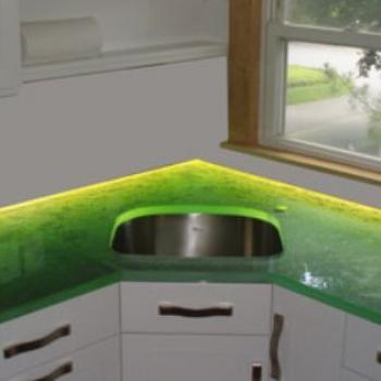 стекло с подсветкой на кухне