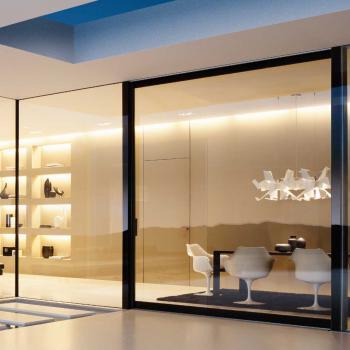 Прозрачные стеклянные панели в интерьере дома