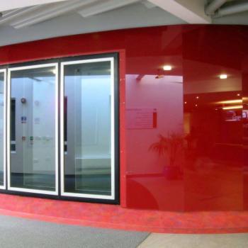 Облицовка стены панелями из красного стекла