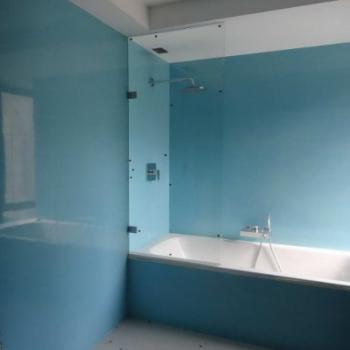 матовая стеклянная стеновая панель в ванной комнате